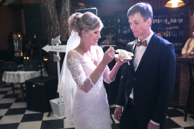 bride-giving-boyfriend-a-piece-of-cake_1153-1168