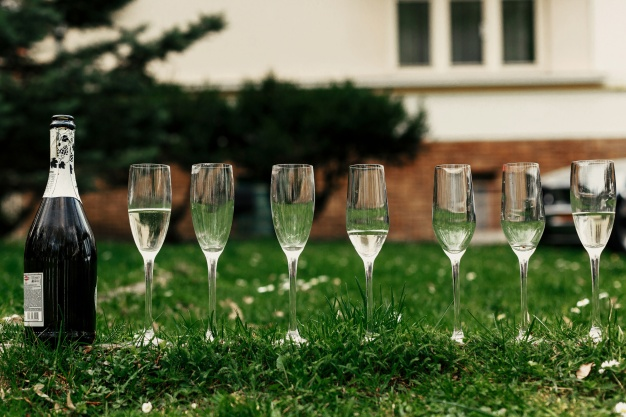 glasses-of-champagne-on-the-lawn_1304-57