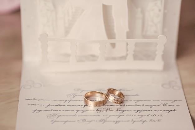 rings-on-invitation_1157-128