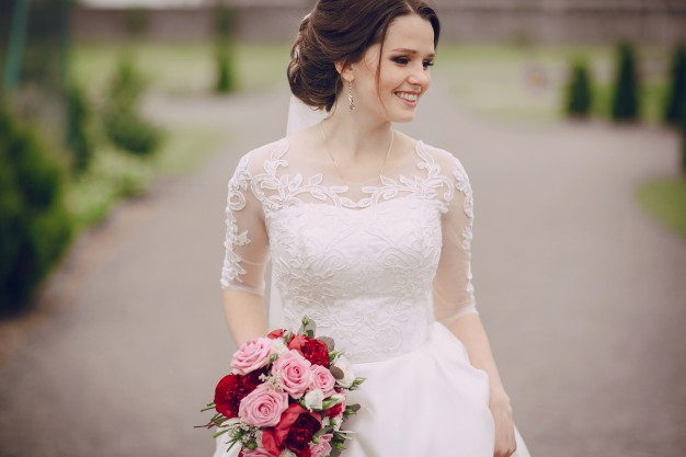 smiling-bride-with-her-bouquet_1157-313