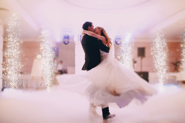 passionate-newlyweds-dancing_1157-469